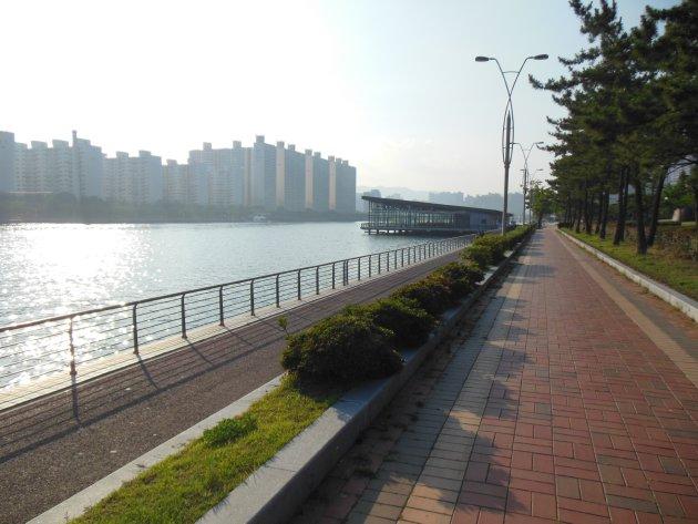 水営川沿いの散策路1(2016年6月撮影)