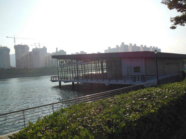 水営川沿いにある建物(2016年6月撮影)