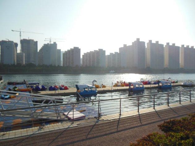 水営川沿いにあるボートなど(2016年6月撮影)