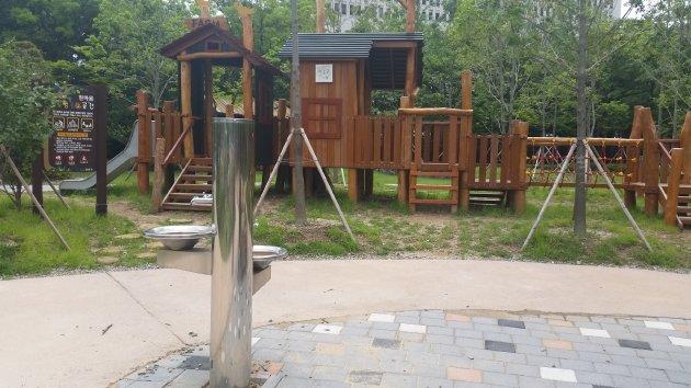 ハンマウム公園内にある水飲み場と遊具(2018年7月撮影)